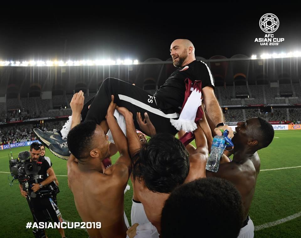 Đúng 1 năm trước, ông Felix Sanchez, HLV tuyển Qatar phải chịu nỗi buồn to lớn khi chứng kiến học trò thua U23 Việt Nam tại giải U23 châu Á. Năm nay, ông đã nở nụ cười rạng rỡ, ăn mừng chiến tích lịch sử của bóng đá Qatar. Lọt vào bán kết, Qatar chắc chắn sẽ có ít nhất tấm huy chương đồng vì năm nay Ban tổ chức Asian Cup trao luôn huy chương đồng chứ không tổ chức trận đấu tranh hạng ba.