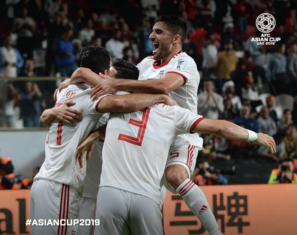 Các cầu thủ Iran vui mừng sau bàn thắng vào lưới Trung Quốc. Cùng với Qatar, Iran vẫn chưa để thủng lưới bàn nào. 21h tối nay, Iran sẽ đấu Nhật Bản ở bán kết.