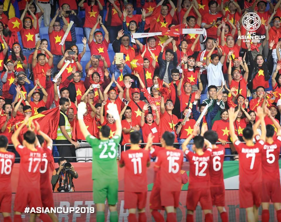 Các tuyển thủ Việt Nam chào cảm ơn CĐV sau trận thua Nhật Bản. Thất bại nhưng ai ai cũng thấy tự hào vì tinh thần cống hiến quên mình của