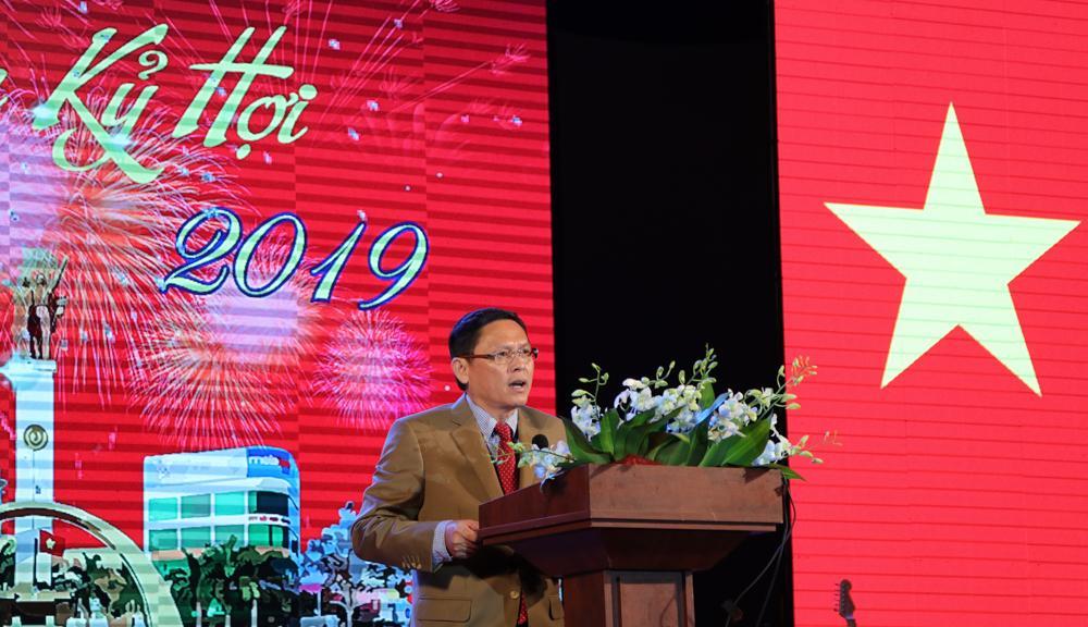 Phó Chủ tịch UBND tỉnh Nguyễn Tuấn Hà đọc thư chúc mừng năm mới của UBND tỉnh.
