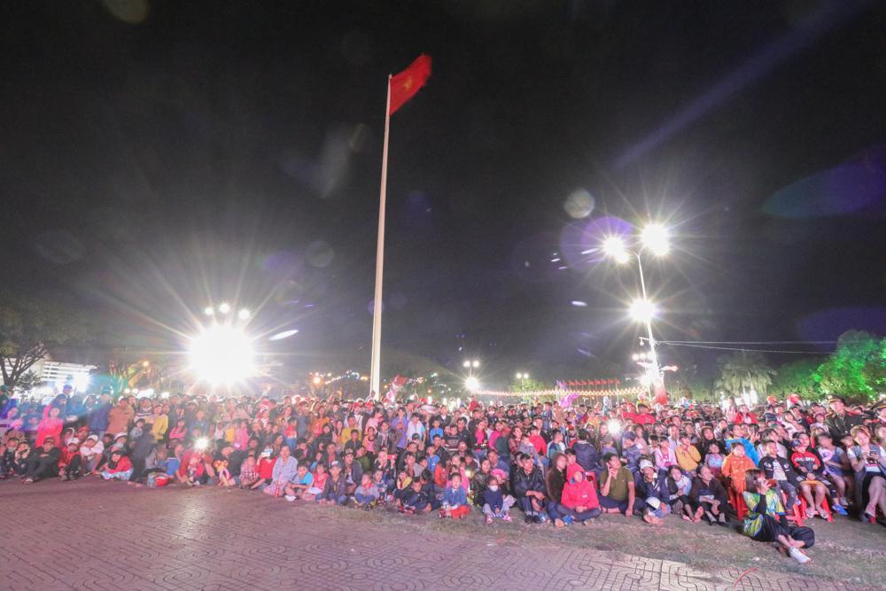 Hàng nghìn người dân, du khách thưởng thức chương trình