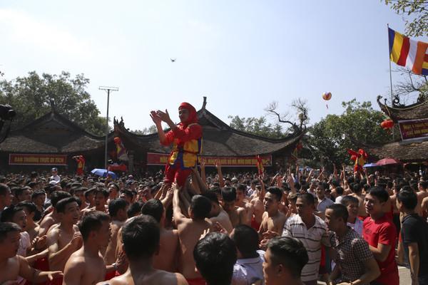 Lễ hội truyền thống với các tục lệ thú vị, mang lại không khí vui vẻ ngày xuân năm mới này, thu hút được đông đảo sự quan tâm của cộng đồng dân cư và dư luận.