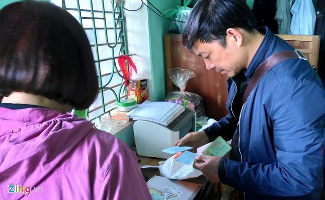 Cảnh sát khám nhà ông Vương Văn Nghĩa. Ảnh: Hoàng Trung.