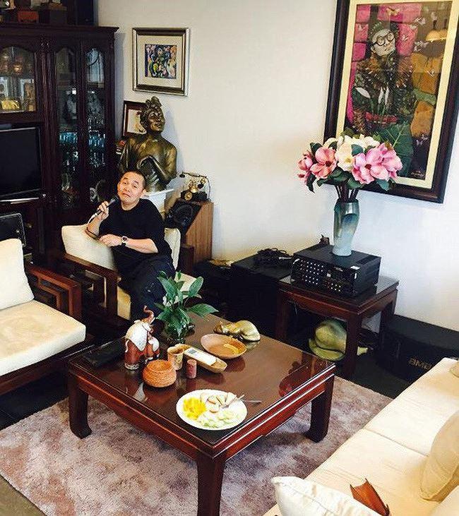 Theo nhiều đồn đoán, căn nhà nằm trên con phố đắt đỏ bậc nhất đất thủ đô này được nghệ sĩ Xuân Hinh mua với giá vài chục tỉ đồng.