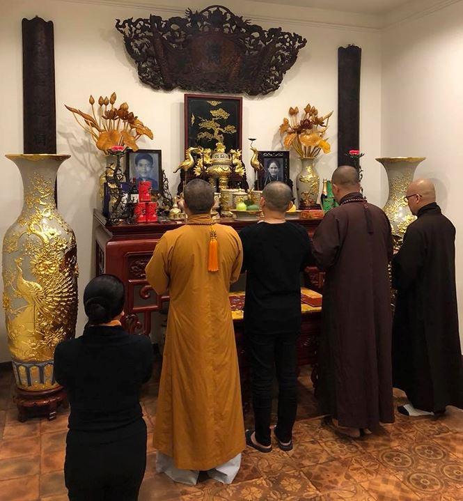Một góc bàn thờ gia tiên trong nhà của NSƯT Xuân Hinh.