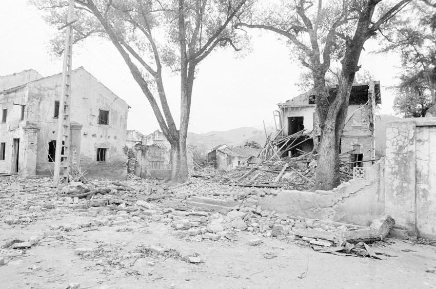 Nhà cửa của nhân dân khu phố Lò Rèn, thị trấn Đồng Đăng, tỉnh Lạng Sơn bị địch ph.á h.ủy. (Ảnh: Thế Thuần/TTXVN)