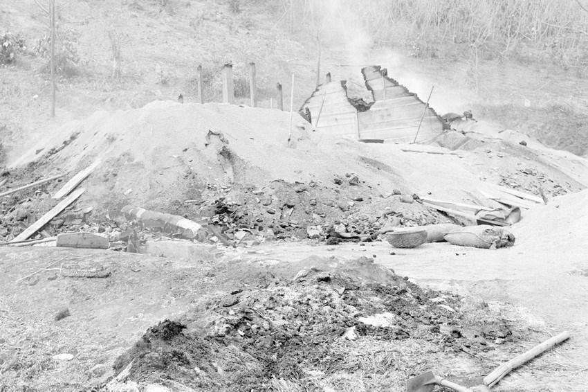 Kho thóc ở Bến Đền, tỉnh Hoàng Liên Sơn (nay thuộc Lào Cai) bị địch đ.ốt c.háy trước khi rút chạy. (Ảnh: Nguyễn Trân/TTXVN)