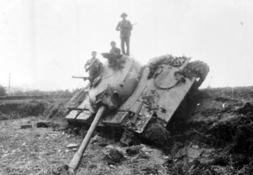Xe tăng địch bị quân ta đ.ánh lật nhào trong đợt 17/2/1979. (Ảnh: Mạnh Thường/TTXVN)