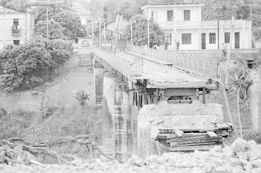 Cầu Hồ Kiều ở thị xã Lào Cai, tỉnh Hoàng Liên Sơn (nay thuộc tỉnh Lào Cai) bị địch dùng thuốc nổ ph.á sậ.p khi rút lui, cuối tháng 3/1979. (Ảnh: Nguyễn Trân/TTXVN)