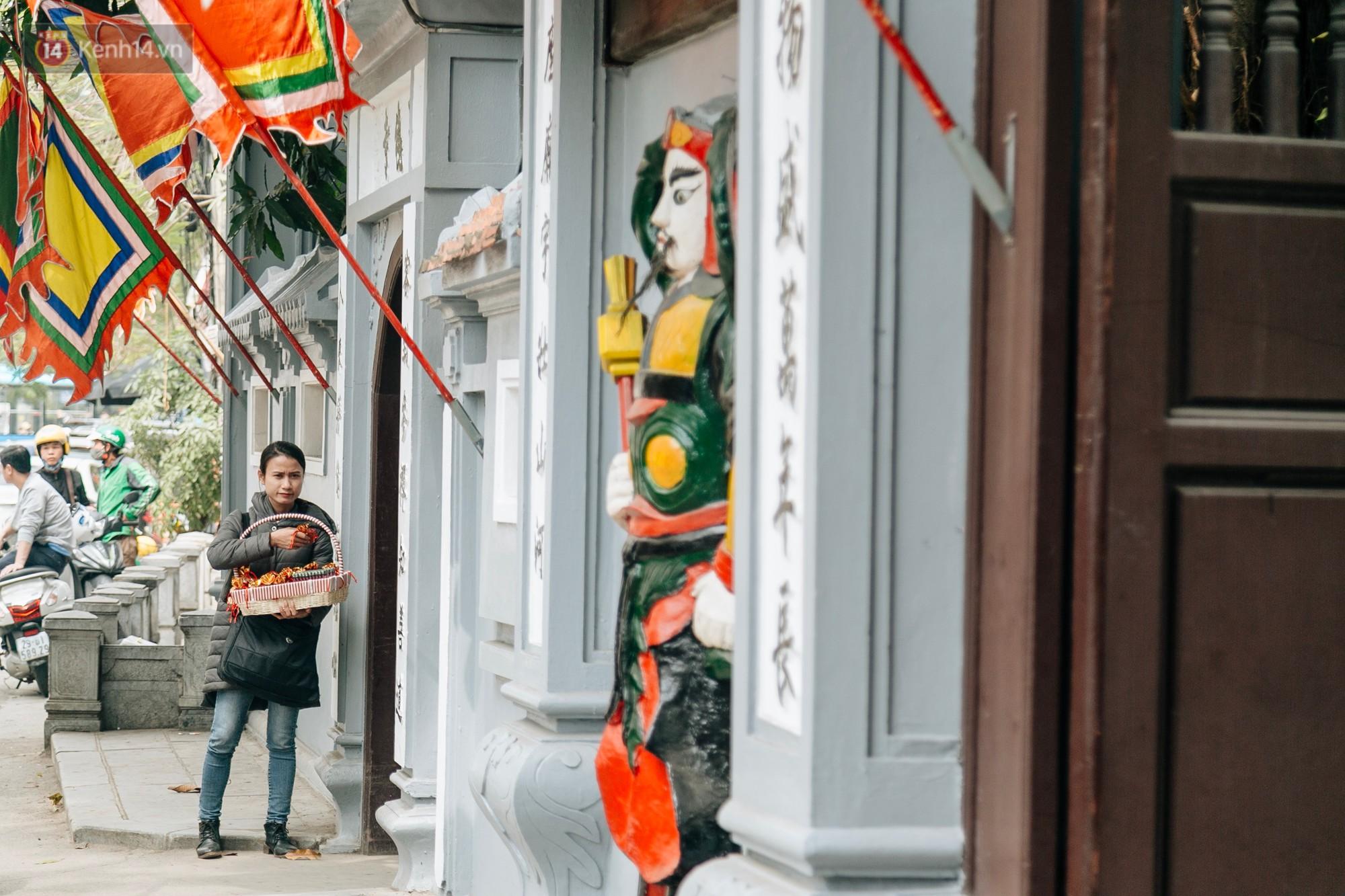 Ngay từ cổng chùa, nhiều người dân bán những gói muối. Theo quan niệm,