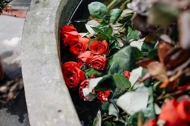 Khắp nơi ở chùa Hà đều có bóng dáng của những bó hồng.