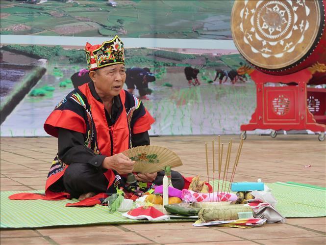 Thầy cúng người dân tộc Dao làm lễ cầu mùa. Ảnh: Quân Trang /TTXVN