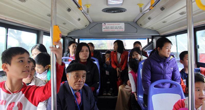 Du lịch miễn phí bằng xe buýt thu hút đông đảo nhân dân, du khách trải nghiệm (Ảnh minh họa).