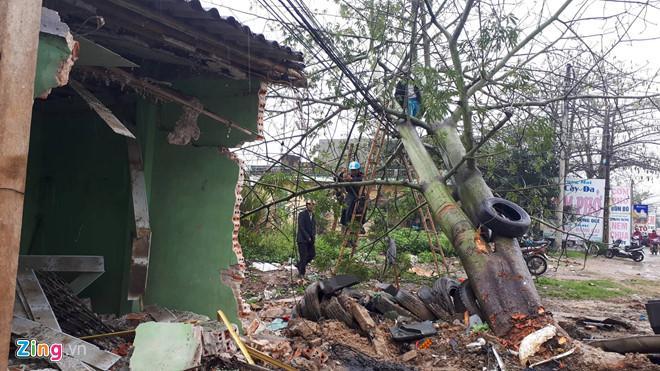 Ngôi nhà ven đường bị container đâ m sậ p tường. Ảnh: Nguyễn Dương.