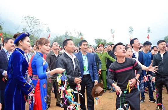 Đông đảo nhân dân và du khách thích thú tham gia ném còn.