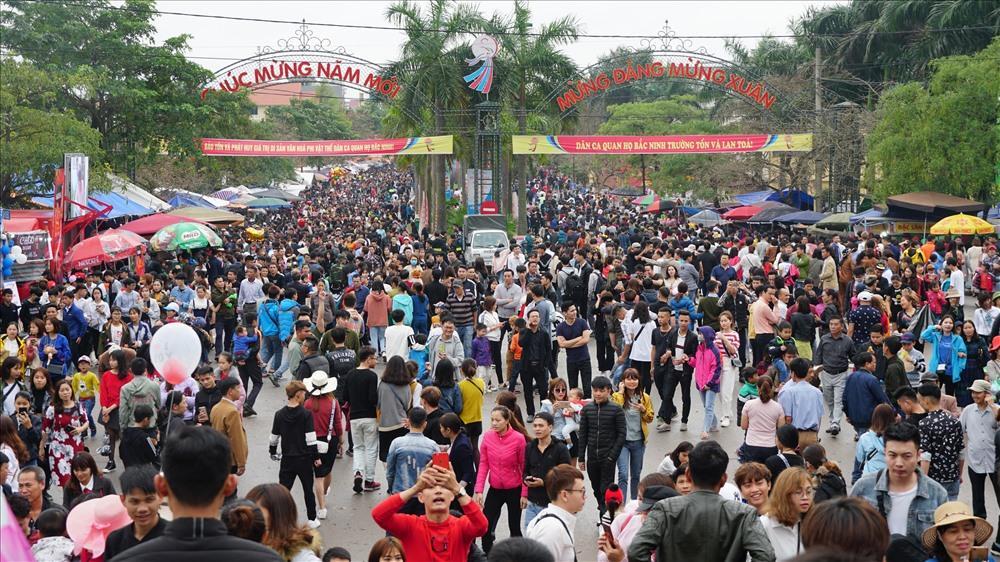 Du khách thập phương tấp nập về trẩy Hội Lim mỗi lúc một đông.