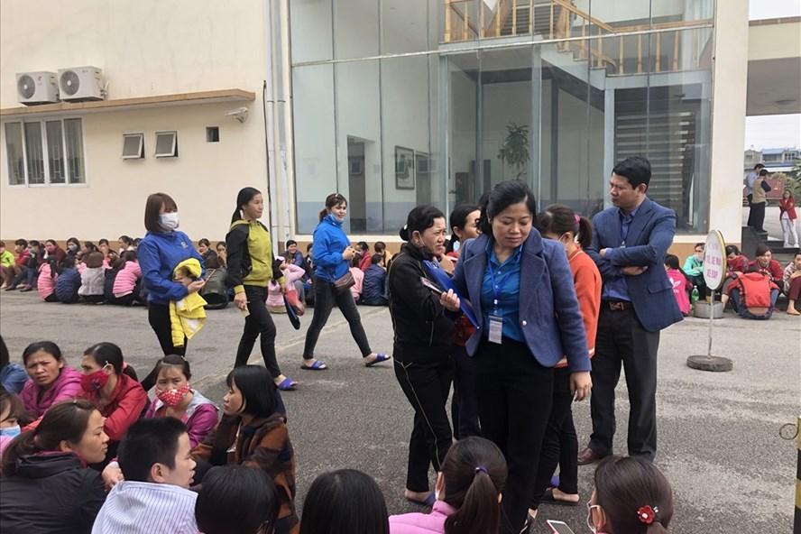 Cán bộ công đoàn tỉnh Thái Nguyên đã có mặt ngay khi xảy ra ngừng việc tập thể tại Cty TNHH Shinwon Ebenezer Hà Nội để động viên, ghi nhận ý kiến NLĐ. Ảnh: VH