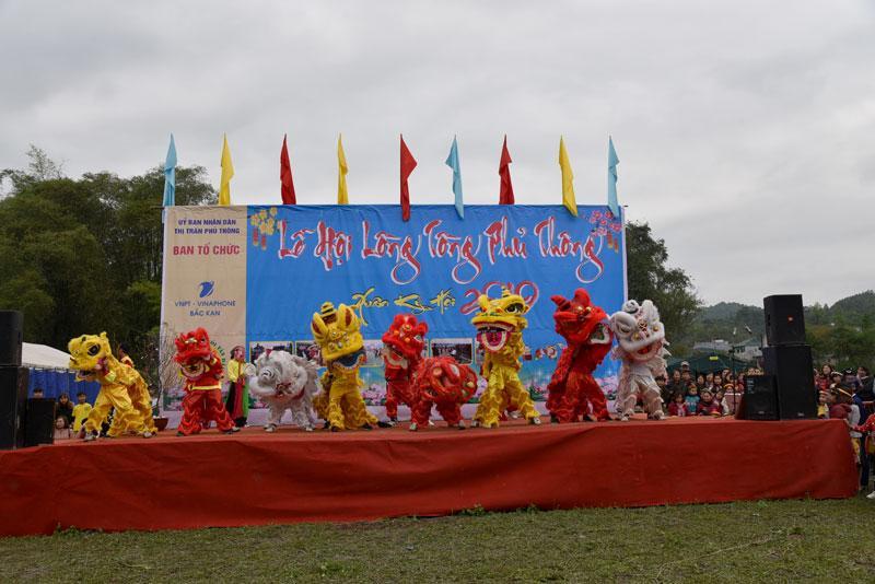 Màn múa sư tử của các đoàn tham gia.
