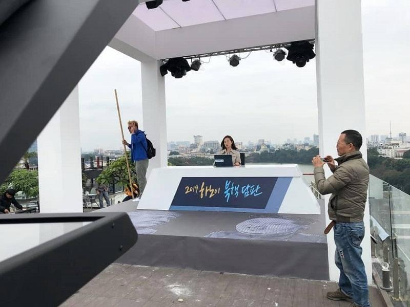 Không cần trường quay ảo, các phóng viên đã đưa tin trực tiếp từ các tòa nhà cao tầng ở Hà Nội
