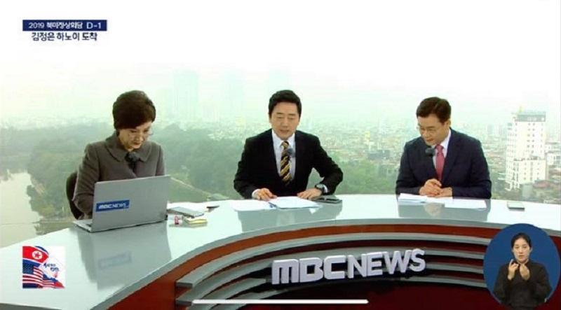 Không hề bị ảnh hưởng bởi ngoại cảnh hay điều kiện môi trường, sự chuyên nghiệp của các phóng viên, biên tập viên Hàn Quốc khiến nhiều người bất ngờ