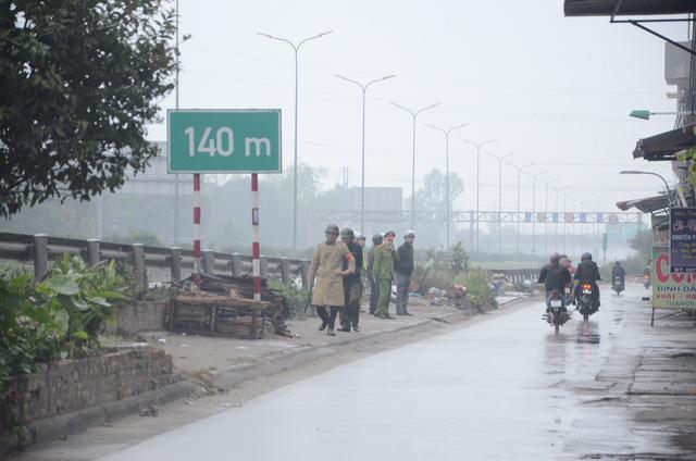 Con đường dân sinh của làng Bất Lự giáp ranh với cao tốc Hà Nội - Bắc Giang
