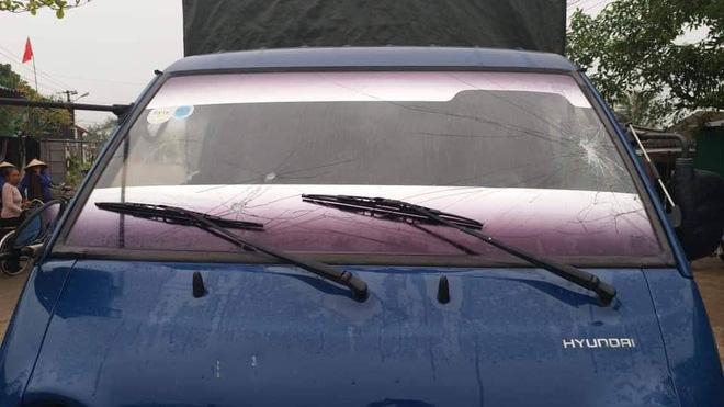 Công an nổ súng trấn áp khiến kính xe tải bị rạn nứt.