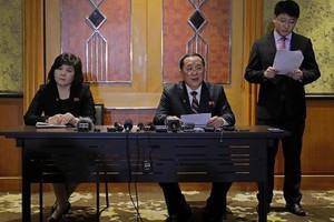 Ngoại trưởng Triều Tiên Ri Yong Ho chủ trì cuộc họp báo tại khách sạn Melia, Hà Nội, vào đêm 28/2, rạng sáng 1/3 (Ảnh: YTN)