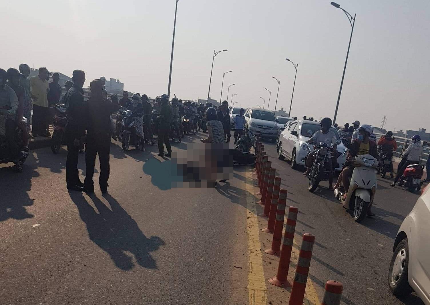Nhiều người dân tập trung theo dõi vụ tai nạn.