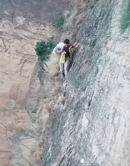 Nam sinh Trung Quốc đăng ảnh con đường tới trường chênh vênh nguy hiểm để kêu gọi sự giúp đỡ