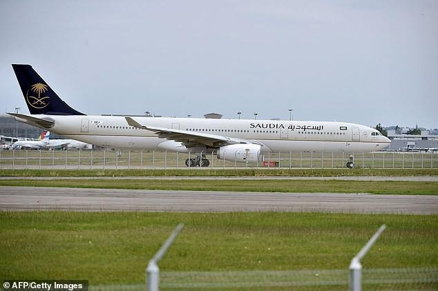 Người phụ nữ đi trên chuyến bay của hãng hàng không Saudi Arabian Airlines bất ngờ phát hiện ra mình đã quên con ở phòng chờ sân bay