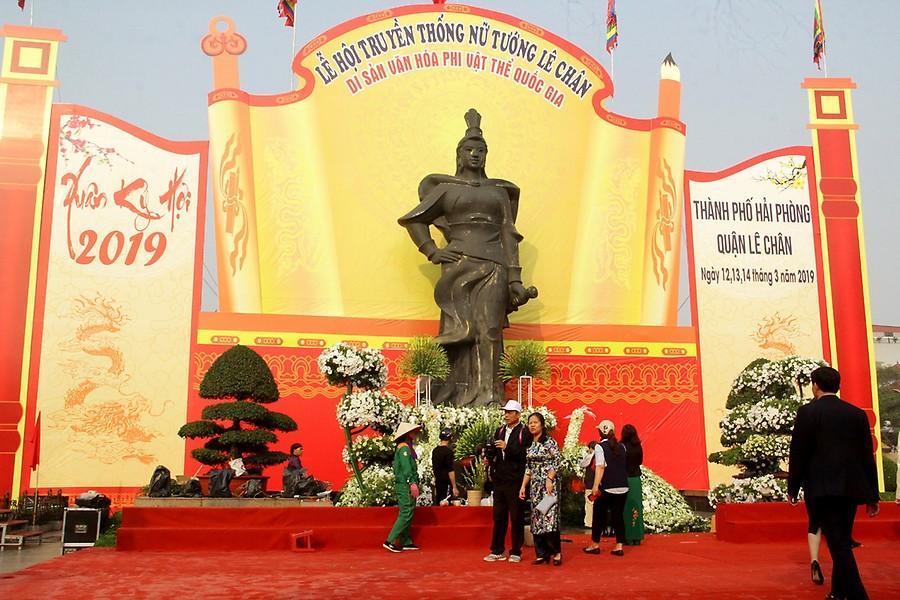 Tượng đài Lê Chân trong ngày Lễ hội.