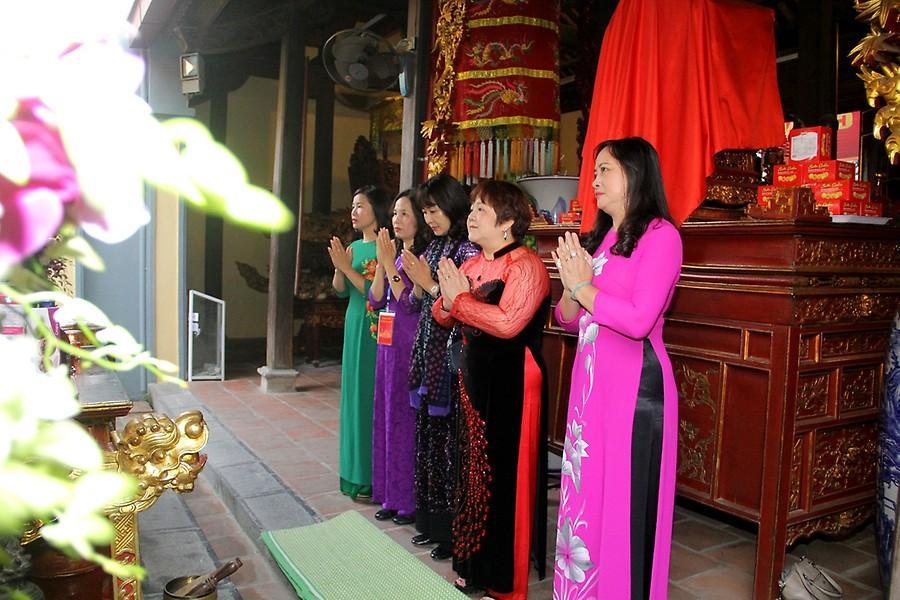 Con cháu bà Nữ tướng Lê Chân kính dâng hương trước phòng thờ của Nữ tướng.