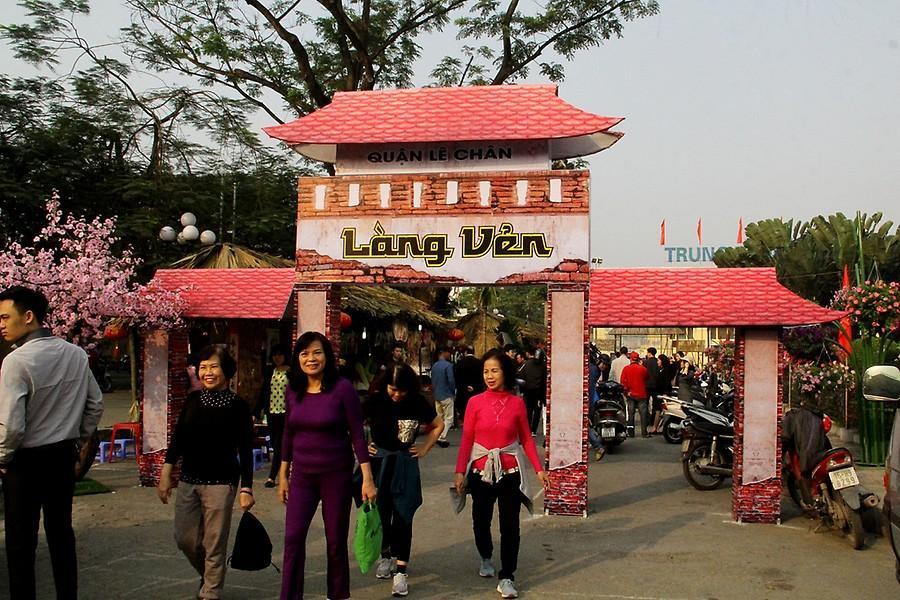 """Các gian hàng """"Ẩm thực chợ quê"""" nhằm tái hiện không gian văn hóa làng quê của dân Việt."""