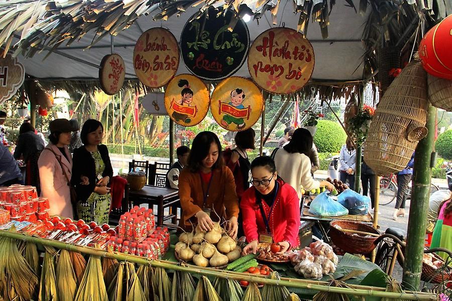 Các gian hàng ẩm thực được đông đảo nhân dân vùng biển Hải Phòng tới thưởng thức.