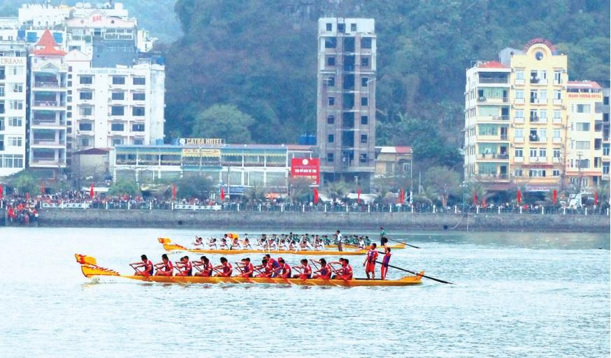 Lễ hội đua thuyền rồng trên biển Cát Bà (huyện Cát Hải). Ảnh: Hoàng Phước