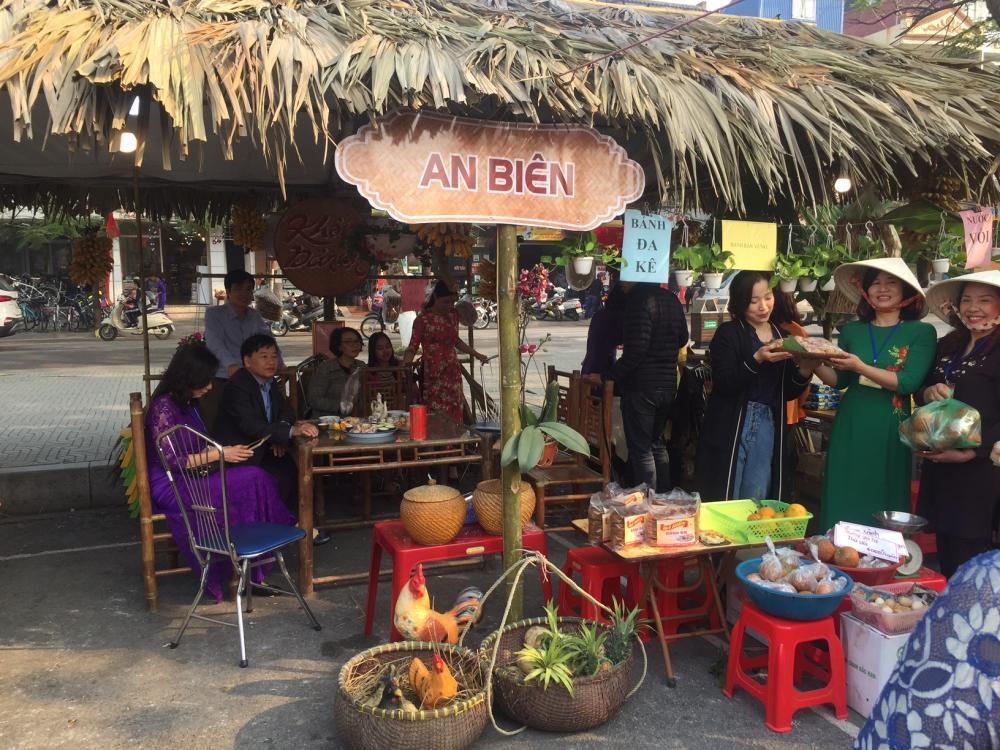 Lễ hội đã thu hút được đông đảo người dân tham dự, háo hức hòa mình vào không gian chợ xưa đậm nét Việt