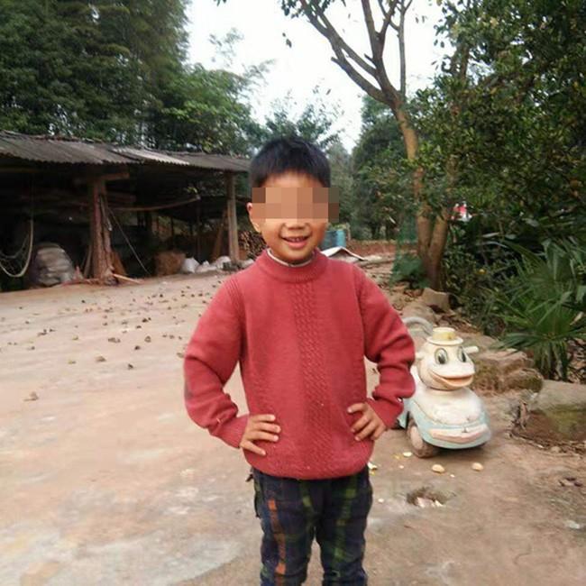 Cậu bé 5 tuổi được ông Yang phát hiện dưới ao cá.