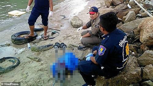 Cảnh sát cho vớt chiếc xe đẩy có t hi th ể đưa bé trôi trên biển Pattaya.