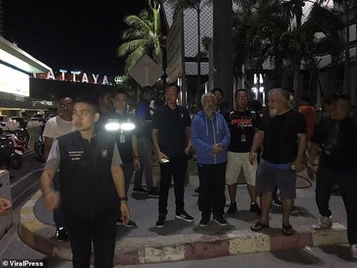 Zureikat (áo xanh) bị áp giải về Pattaya để điều tra sau khi bị bắt giữ tại sân bay Bangkok.