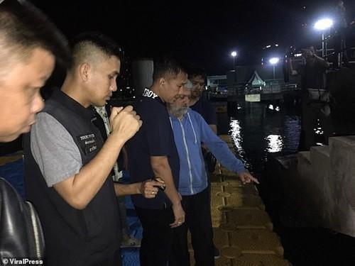Zureikat chỉ cho cảnh sát bến tàu, nơi y đã đẩy con mình xuống biển.