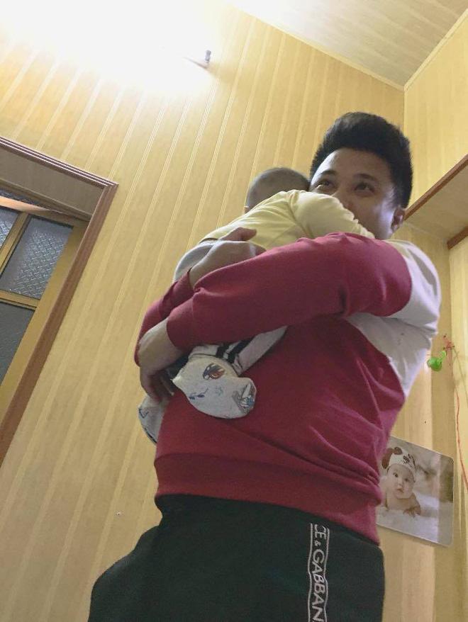 Chồng Mai luôn nhận nhiệm vụ trông con - Ảnh: NVCC