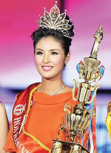 Ngọc Hân đăng quang Hoa hậu vào năm 2010.