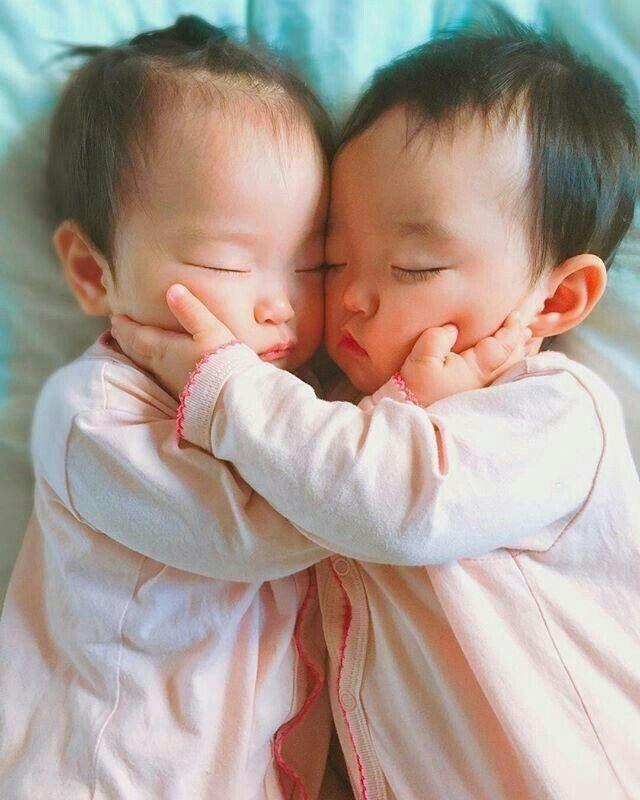 Hai đứa trẻ song sinh có ngoại hình hoàn toàn khác nhau. (Ảnh minh họa)
