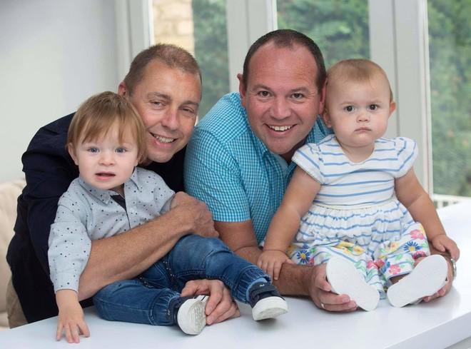 Hiện bé Calder (con của anh Graeme) và bé Alexandra (con của bố Simon) đã chào đời và sống khỏe mạnh, tuy thời điểm mang thai không được tiết lộ.
