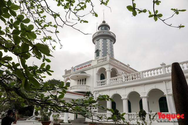 Hải đăng đảo Dấu được người Pháp xây dựng năm 1892, hoàn thành năm 1896. Hải đăng chiếu xa tới hơn 40 km, được mệnh danh