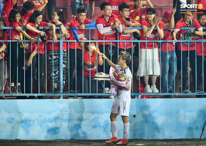 Sau trận đấu, dù không thể giúp đội nhà tránh khỏi trận thua với tỷ số tối thiểu 0-1 trước Hải Phòng FC nhưng Văn Toàn vẫn nhận được món quà đầy ý nghĩa đến từ các CĐV. Ảnh: Tiến Tuấn.