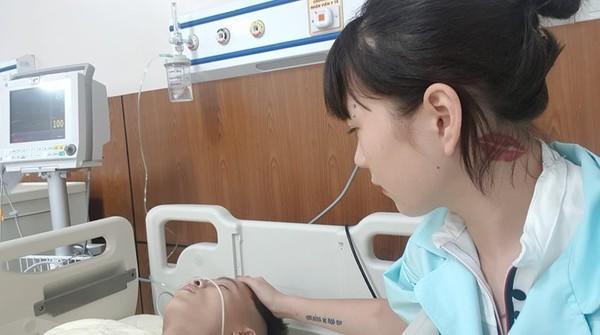 Một bức ảnh cho thấy cảnh H.D. chăm sóc Khá Bảnh trong thời gian anh nằm viện.