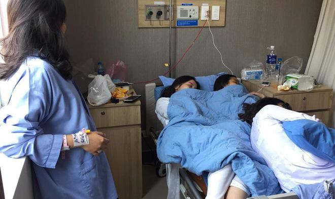 Vào thăm bạn ốm, 3 nữ sinh chiếm luôn giường bênh của bạn nằm ngủ ngon lành (Nguồn: Duy Hoàng/ group Trường Người Ta)
