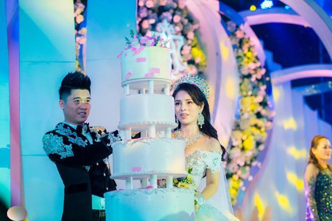 Đám cưới b ạc tỷ của cặp đôi đã thu hút sự chú ý của dân mạng.