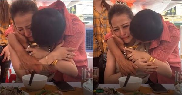 Ông bố ôm cô con gái và khóc như mưa...